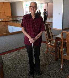 姚老伯今年滿百歲,35年前大學教授退休,赴美與子孫同住,12年前入居養生村。