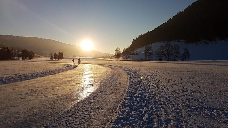 和家人一起運動也是重溫舊夢!瑞士熟齡族的優雅滑行~