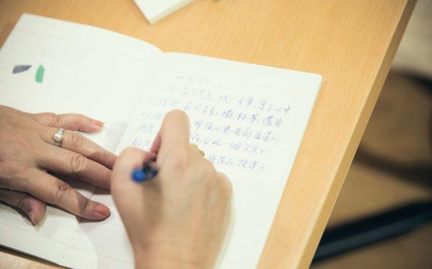 鄭美里教生命書寫,助人回顧自己迎向未來