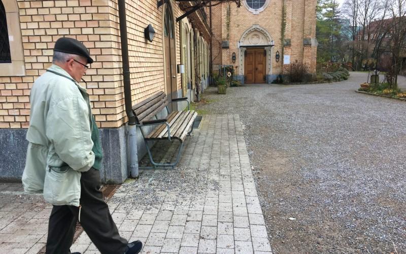 瑞士安養院結合公園,讓老人和小孩一起在草地上嬉戲