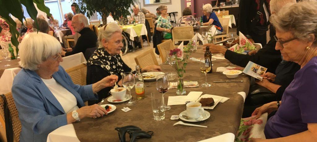 住進老人社區後,關懷與愛是脆弱時光的心靈寄託