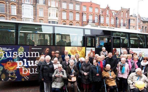 荷蘭彩券公司用博物館巴士  讓行動不便長者免費看梵谷