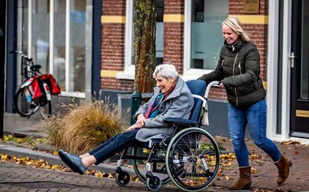 荷蘭傳真|小鎮濃情鄰里接力,讓輪椅作家阿嬤暢行無阻