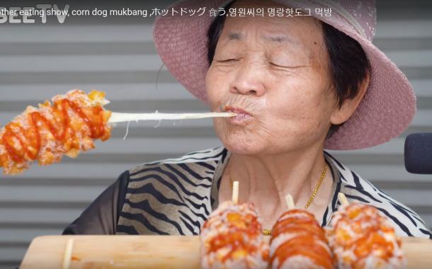 全球樂齡 「吃東西給人聽」也是一種職業?熟齡ASMRist用食物奏出療癒之聲