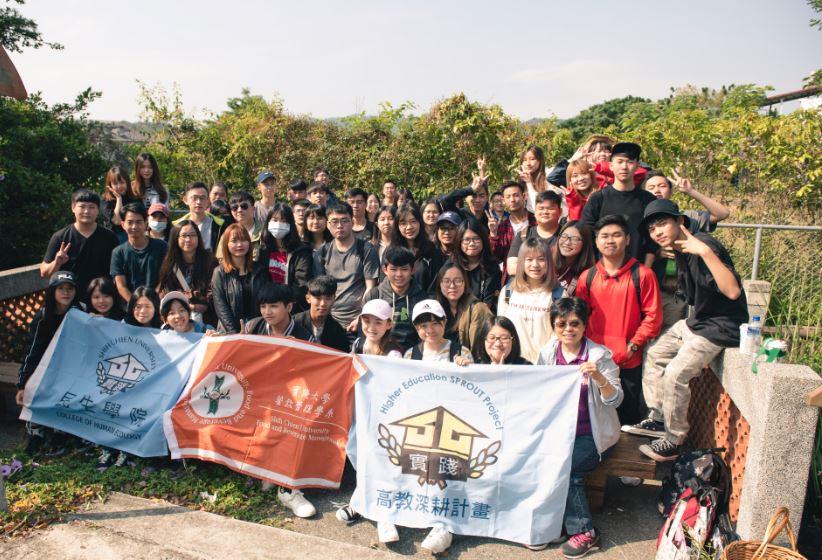 青年學子們來到產地猶如參加校外旅遊般興奮。(圖片提供/貓裡小學團)