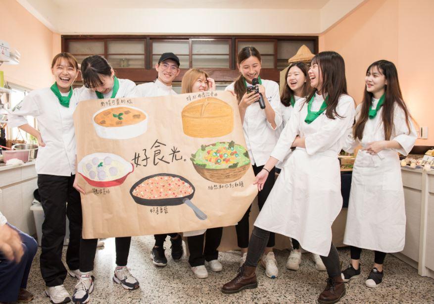 除了做料理,還要繪製海報說菜,考驗學子的分工合作和多樣才能。(圖片提供/貓裡小學團)