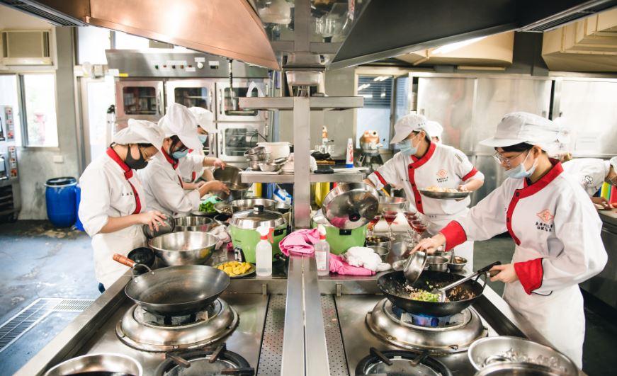 學生們有條不紊地分工合作,在兩個小時內完成五道菜肴。