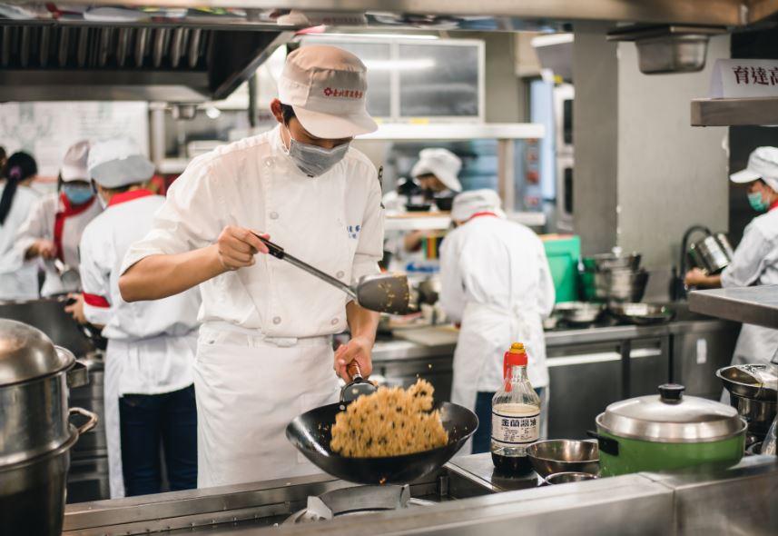 未來廚師們在料理比賽中大展手藝。