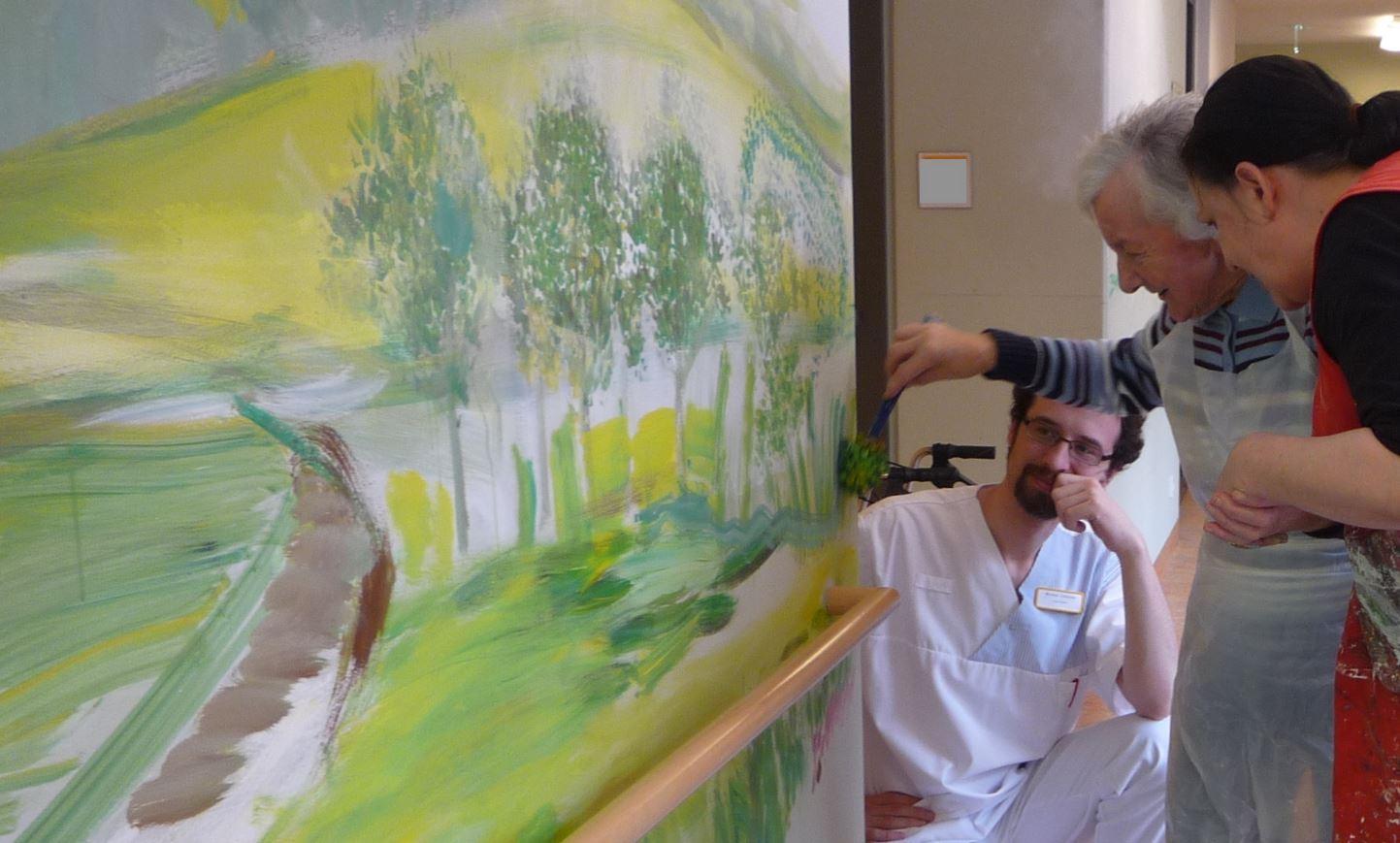 全球樂齡|彩繪照護中心牆面  點亮長者的記憶風景