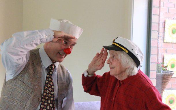 全球樂齡 | 澳洲幽默基金會培訓「長者小丑」  讓失智長輩再展歡顏