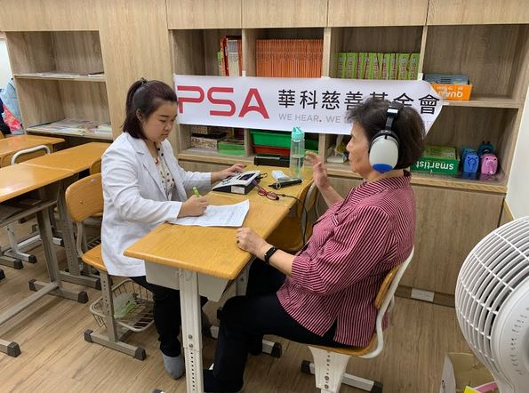 華科慈善基金會走入全臺各社區,幫年長者做聽力檢測。
