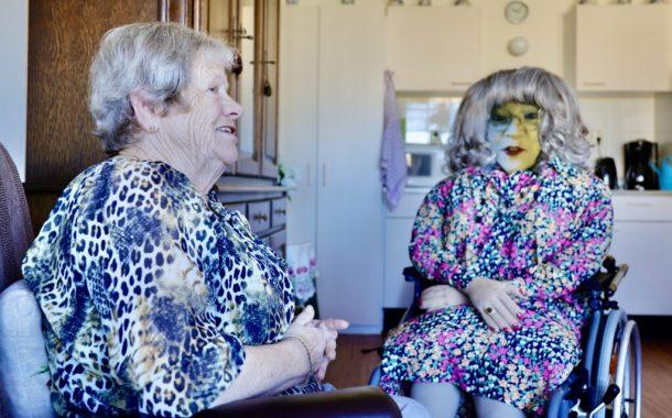 全球樂齡|戲劇結和遠距科技,連線人偶逗樂養老院長輩