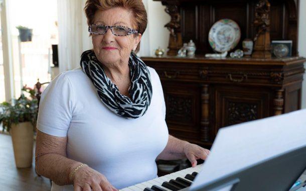 全球樂齡|71歲鍵盤阿嬤音樂彈奏線上爆紅,獲IG「最佳在家防疫獎」